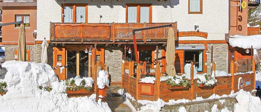 italy_milky-way-ski-area_sauze-doulx_hotel_assietta_reception.jpg
